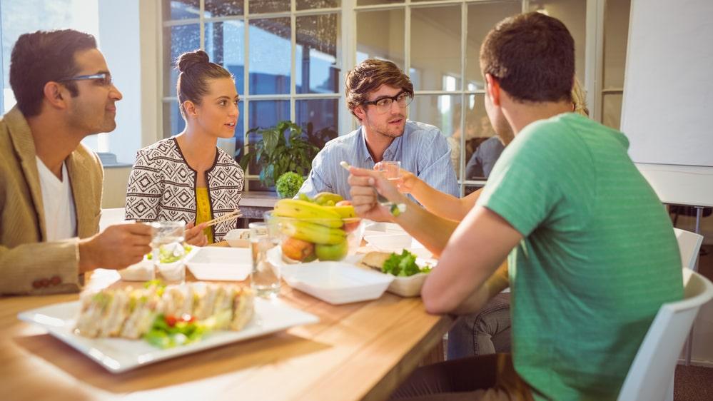 Att luncha och fika med kollegorna är ett bra sätt att ta paus i jobbet och samtidigt vårda sina relationer.
