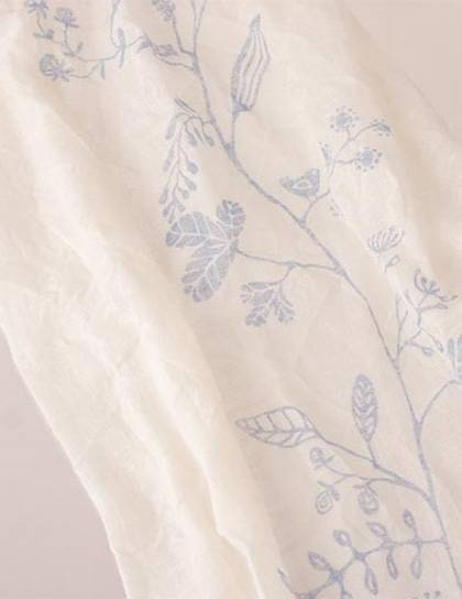 Sjalen Flora har Kajsa gjort. Den är i hundra procent linne och i storleken 46 x 180 cm. Handtryckt i Sverige.