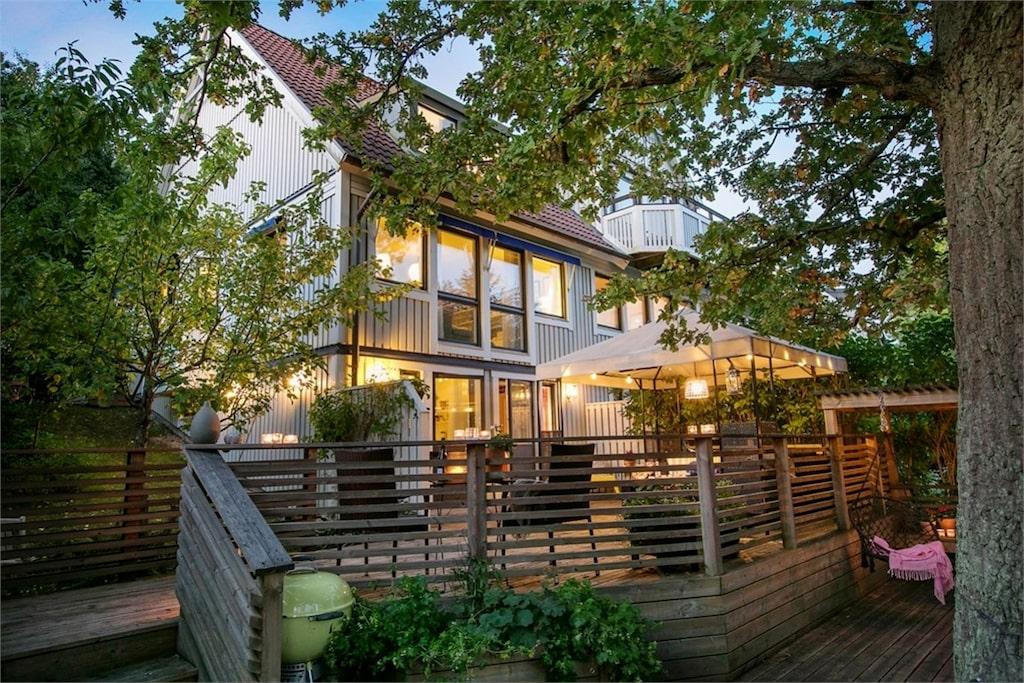 Nu säljer författaren Katarina Wennstam sitt fina hus. Det här är baksidan med södervänd terrass.