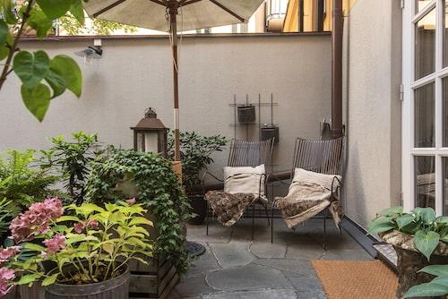 Huset har en egen stenlagd terrass.