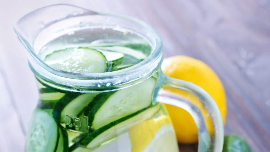 Stoppa i några skivor gurka i ditt vattenglas eller i en kanna med vatten – och låt stå i några minuter.