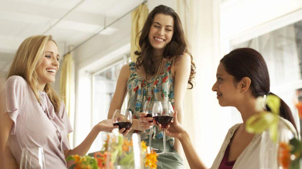 <p>Många trivs bättre i sällskap av några få nära vänner än på en fest med okända.</p>
