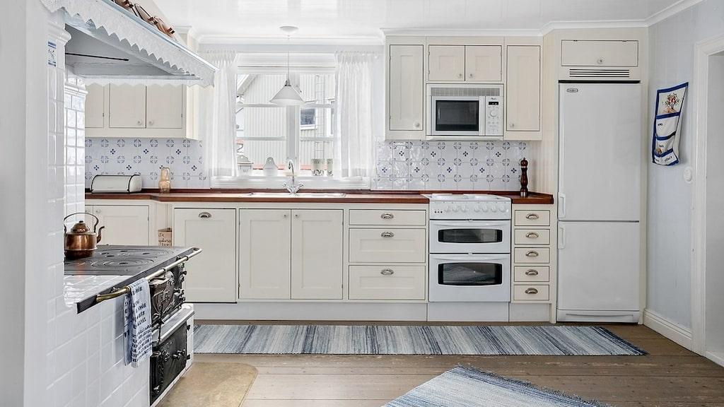 Köket går i lantlig stil och har bland annat försetts med skåpsluckor i gräddgult.