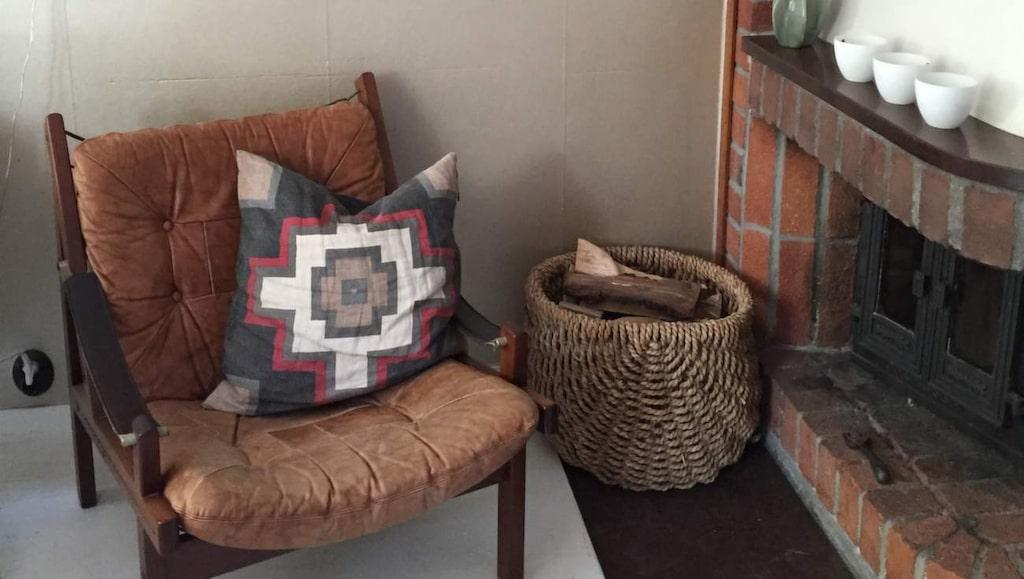 <p>Den ärvda skinnfåtöljen från svärmor och Lisa Larsson-tavlor i Marias favorithörn hemma.</p>