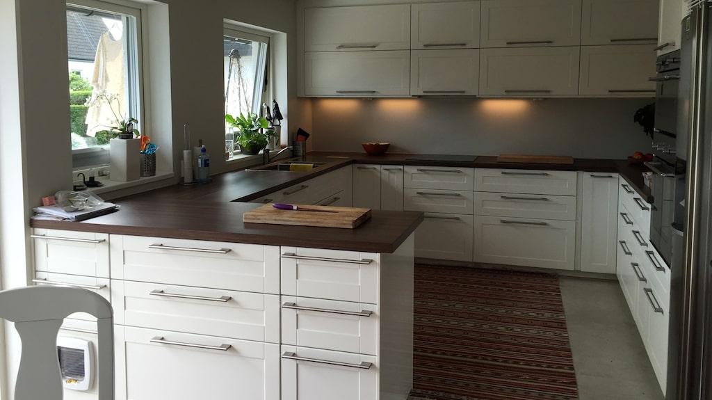 Marianne Mörcks inredning går mestadels i vilsamt vitt. Rena bänkar i köket gör henne lugn och lycklig.