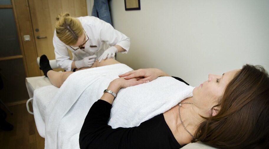 KOKSALTLÖSNING. Malin Burlin får en injektionsspruta på Stureplanskliniken i Stockholm.