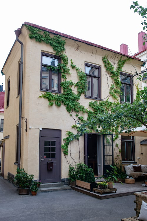 På fasaden frodas vildvin. Huset är fördelat på fyra våningar med källare, entréplan, våningsplan och vindsplan.