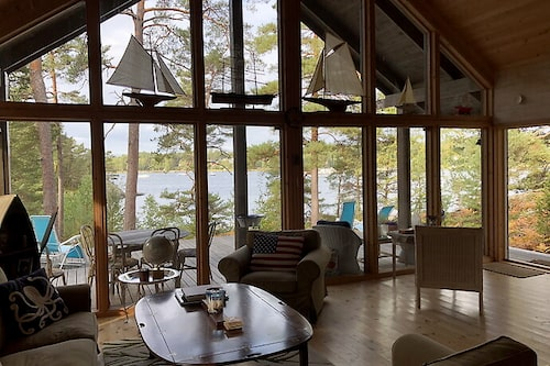 Stora fönsterpartier sätter prägel på öns största hus som går i lantlig stil.