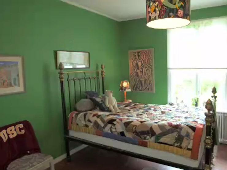 Här på stolen i sovrummet hänger en av Carl-Johans hood-tröjor som förvillar de andra deltagarna...