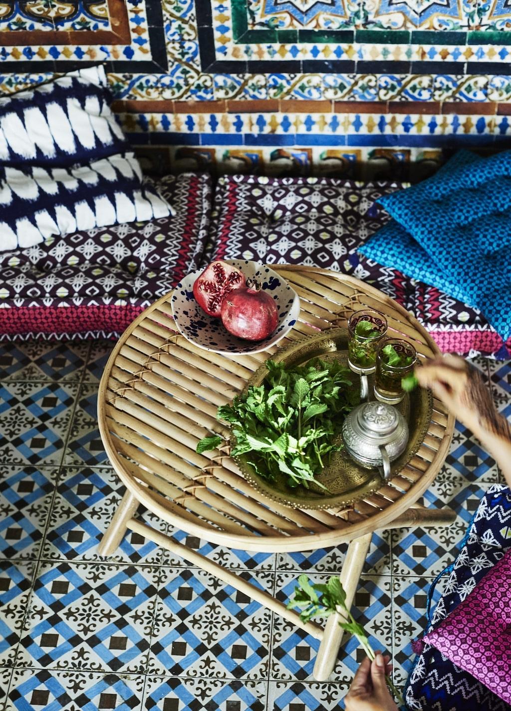 """Fint bord från """"Jassa i naturfiber, att ha på balkongen, i trädgården eller inomhus."""