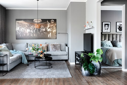 Just en stor och skön soffa stod högst på familjens önskelista när de rev väggar och gjorde om -sällskapsytorna. Tavla, Cobra Art.