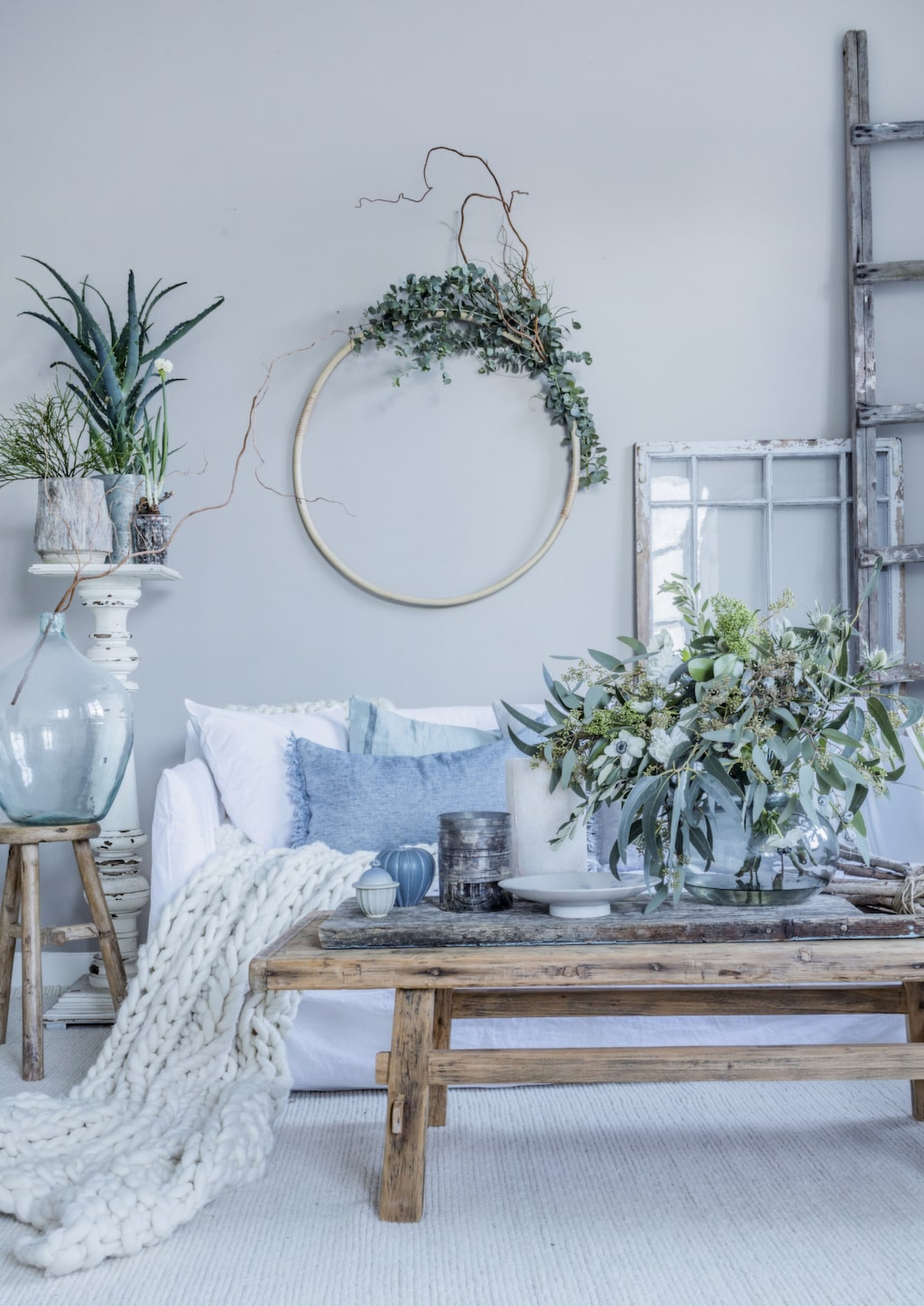 Vintervitt, isblått och naturfärger ger ett lugnt och vilsamt hem. Skapa harmoni med detaljer i trä, glas och zink. Fårskinn, ull och linne ger en varm och ombonad stil.