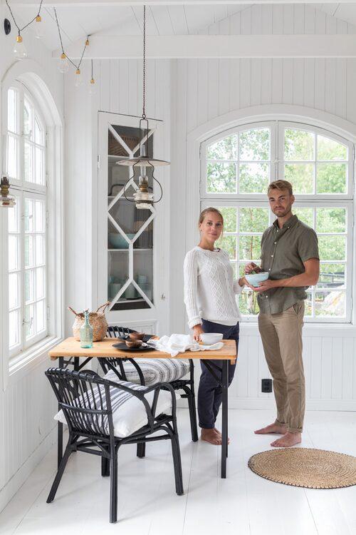 Nicole och Oscar har satsat på en sparsmakad och enhetlig inredning i sitt attefallshus. Vitt, svart och naturfärger är basen.