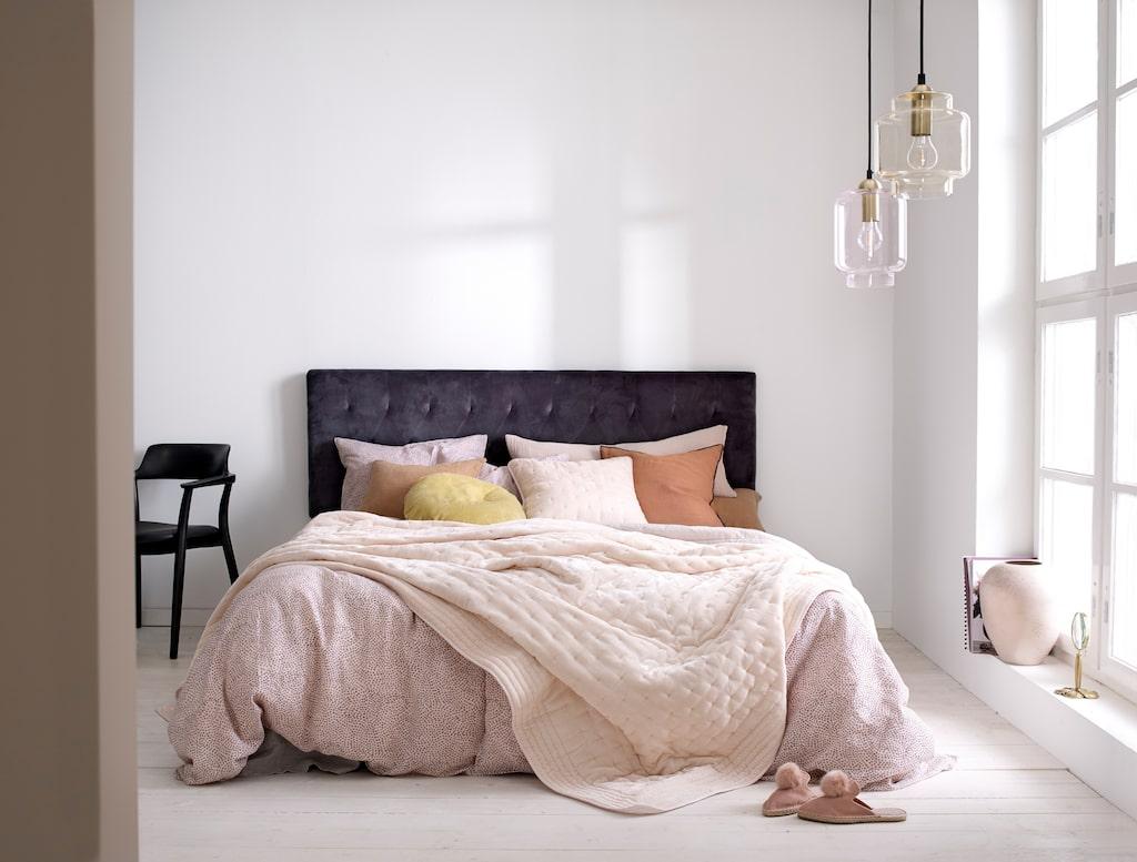 Sänggaveln heter Bella och är 160 cm här. Candice heter bäddsetet av franskt linne.