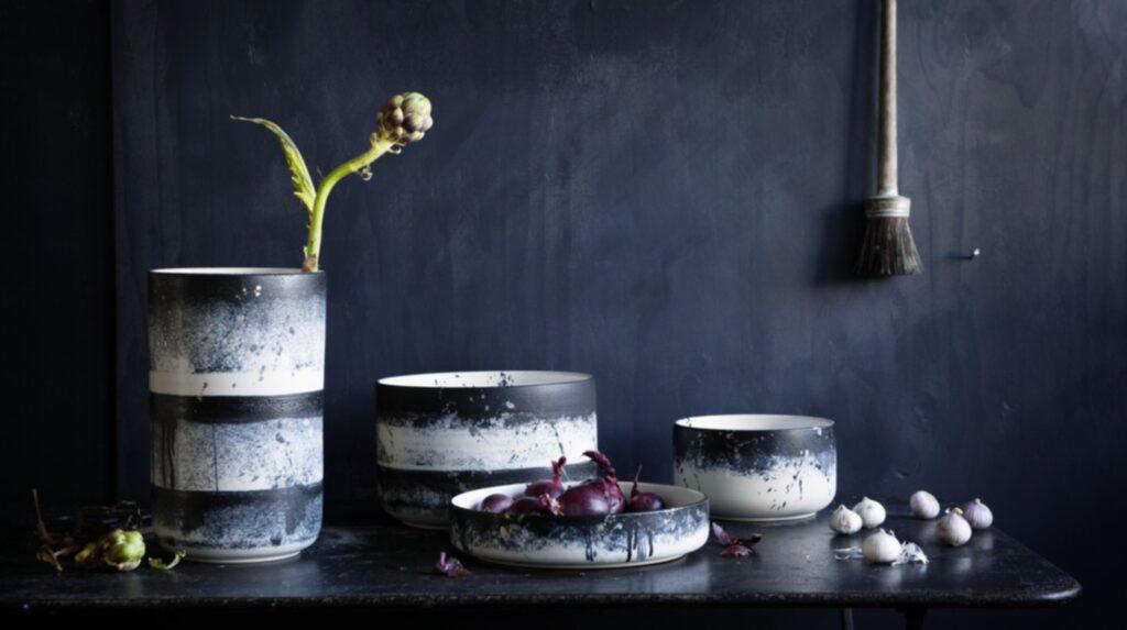 Att kladda med färg har aldrig varit så inne som nu - stänkmönstrat syns på alltifrån porslin till tapeter. Här keramik från Paradisverkstaden.