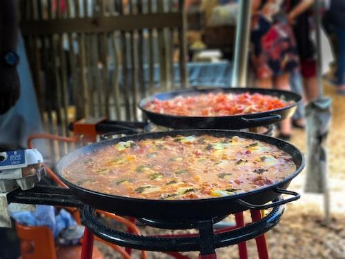 På bondemarknaden Market Day i Granger Bay stiger en salig blandning av matdofter mot tälttaket. Här träffas folk för att äta helgbrunch.