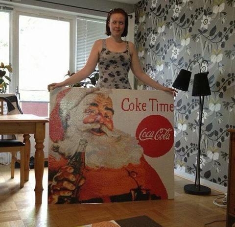 Den här är gjord efter den gamla Coca Cola reklamskylten och tog Johanna Skoog cirka två till tre månader att göra, samt 50 400 pärlor!