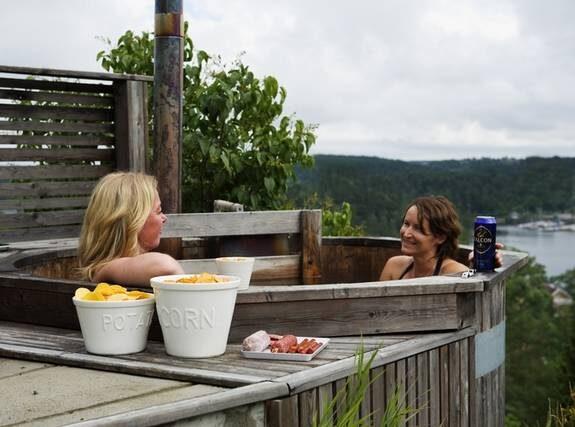 Badgäster. Susan och Sofie är återkommande badgäster i goda vännernas badtunna. Skålar med chips och fat med korvar från Bruka/Tango.