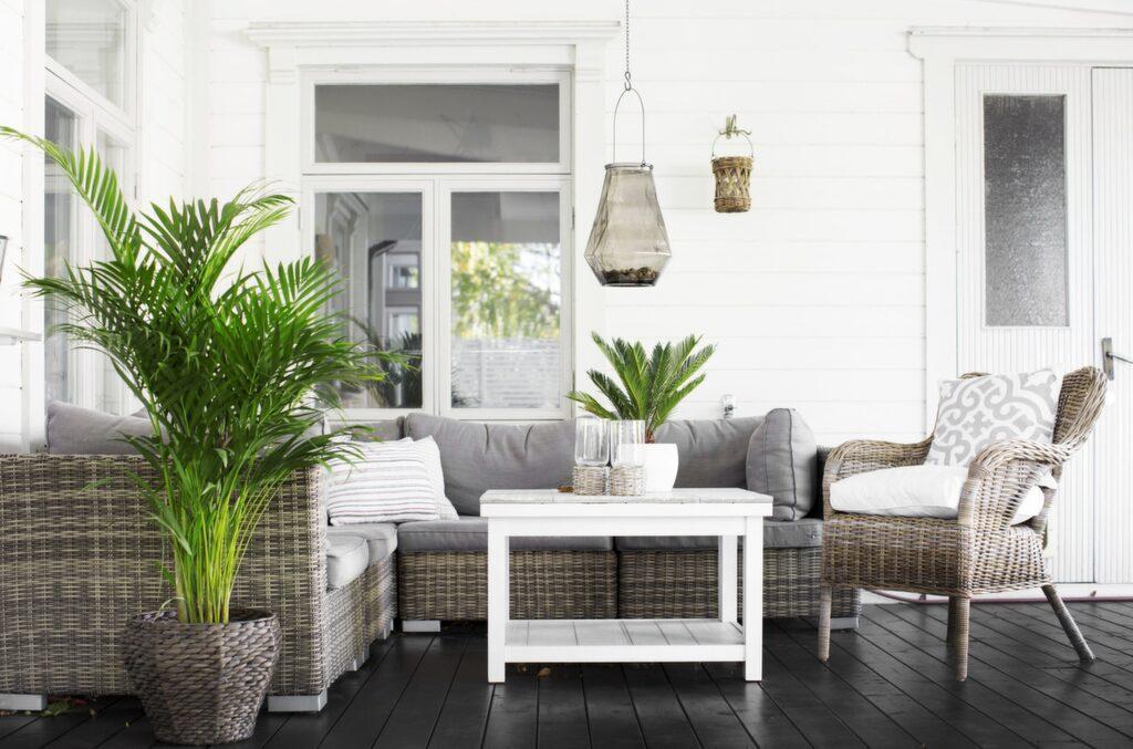 Den mysiga sitthörnan på altanen är möblerad med en soffa från Trademax. Bordet kommer från Ikea och Mirjam har målat det vitt och klätt ytan med kakelplattor. Lampan kommer från Jysk. Rottingfåtölj från Ikea.