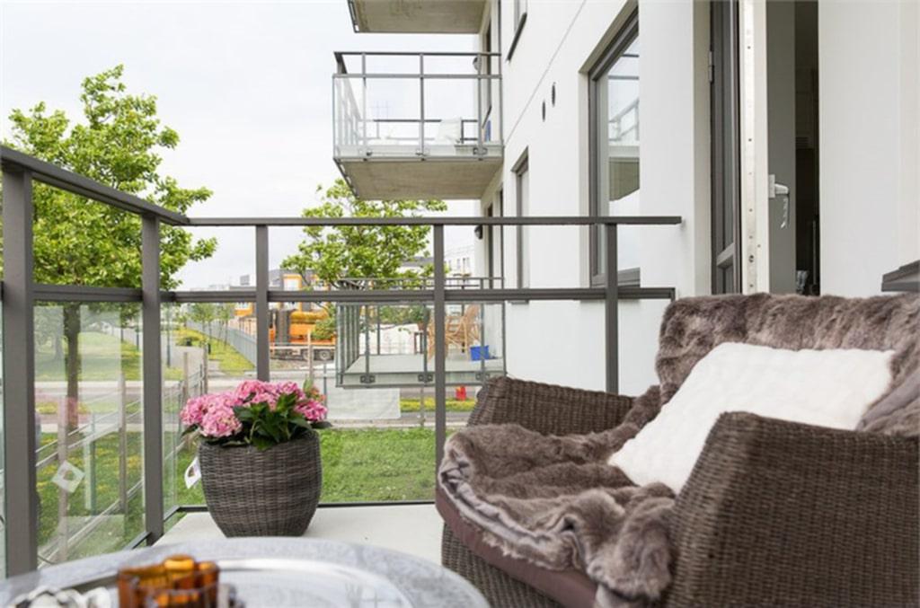 <p>Lägenheten har ett kombinerat kök och allrum med plats för ett stort matbord. Genomgående ligger ekparkett på golven och väggarna är fräscht vita. Från allrummet kan man gå ut på en stor balkong med utsikt mot Victoria Park. <br></p>