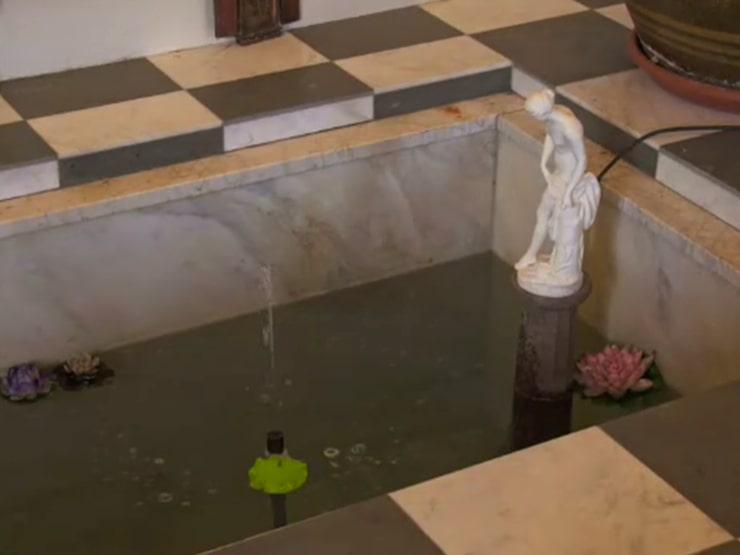 Framme vid kapellet är något som de andra tror är en nedsänkt grav först men som visar sig vara en slags fontän.