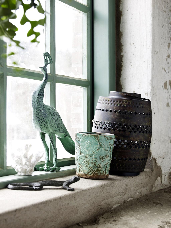 """""""Jag gillar vår vackra turkosa fågel som kan förgylla alla sammanhang oavsett om solen skiner eller om det regnar"""", säger Ulrika Sjövall, designchef för Ellos Home."""