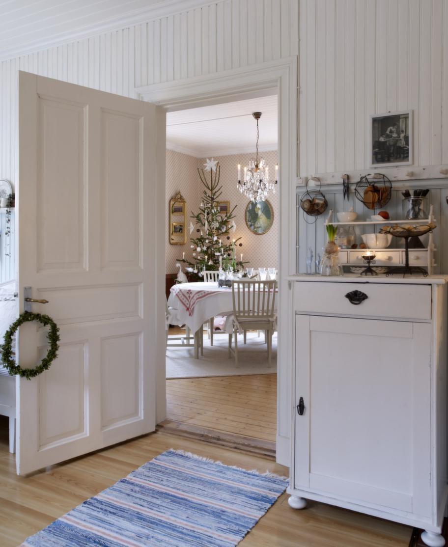 STÄMNINGSFULLT<br>Intill köket ligger matsalen och blickfånget genom dörrposten skapar julmagi.