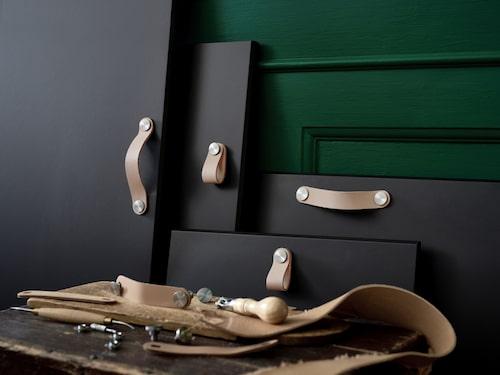 Här ses läderhantagen ÖSTERNÄS som är tillverkade av spillmaterial.