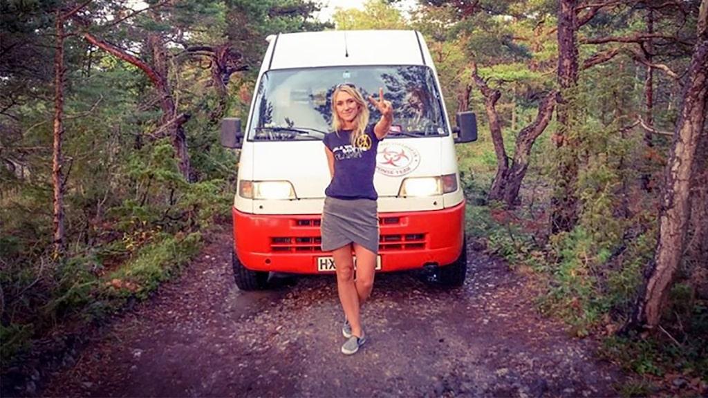 Tillsammans med pojkvännen reser hon runt i Europa.