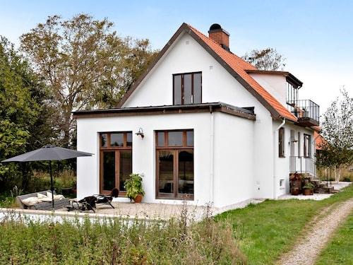 Det här fina huset ligger på en stor gård i Baldringe i Skåne.