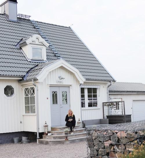 """""""Vi har hållit på att byta fasad under ett par års tid eftersom vi tar en sida varje sommar. I år kommer hela huset bli klart"""", berättar Åse."""