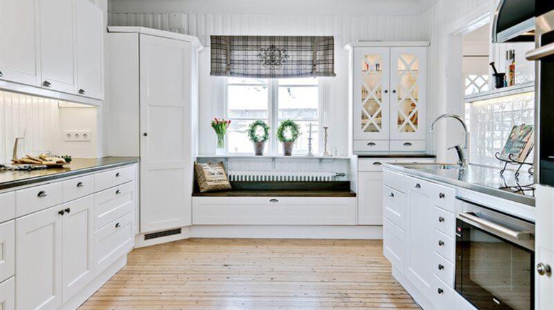 Köket är modernt men har samtidigt anor från förr.