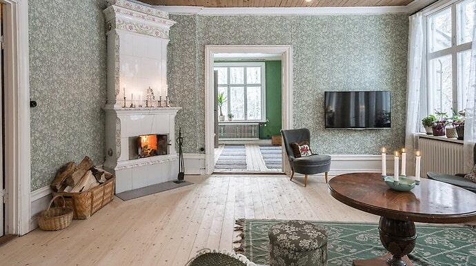 Husets har många vackra tidstypiska tapeter och tre fungerade gamla kakelugnar.