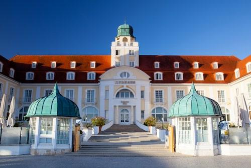 Maffiga Kurhaus Binz har tagit emot gäster i över hundra år.