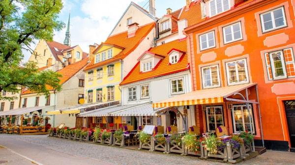 Livutorget i Rigas gamla stad är omgivet av restauranger.