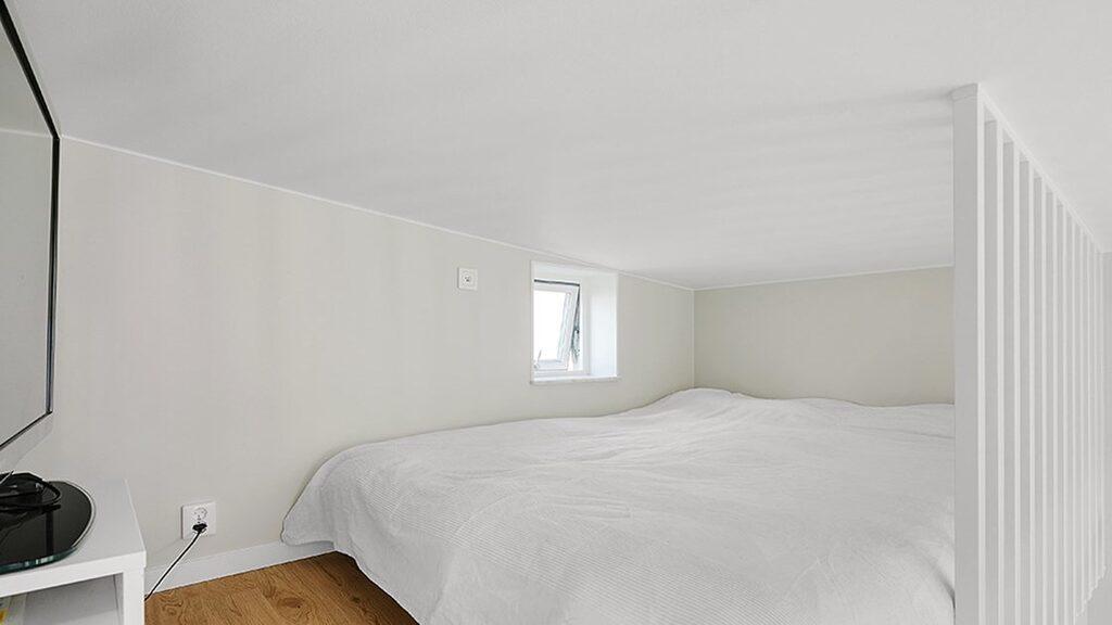 Sovloftet är sex kvadratmeter.