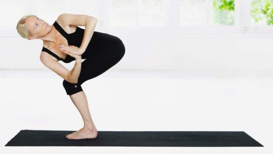 Förutom medicinering och kortison är yoga är en bra metod för att stressa ner.