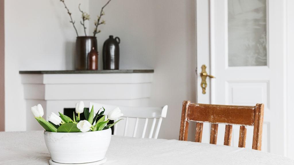 Krukor och urnor från Höganäs keramik pryder den öppna spisen i matsalen.