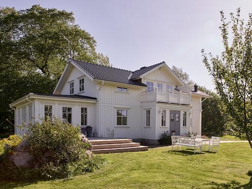 Vid första anblick ser Elin och Tobias hus helt nybyggt ut. I själva verket är det ett 90-tals hus som byggts om genom att man lånat attribut från husen runt förra sekelskiftet.