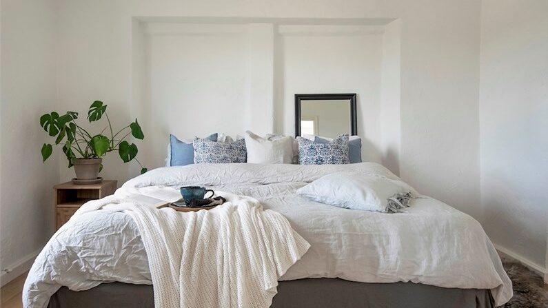 På nedre plan finns ett större sovrum med plats för dubbelsäng.