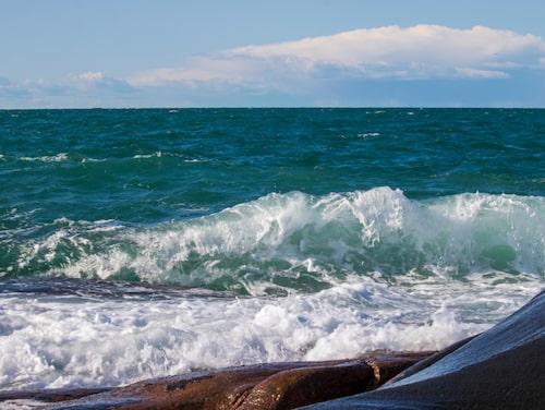 Ramsvikslandets salta vågor mot kala klippor.
