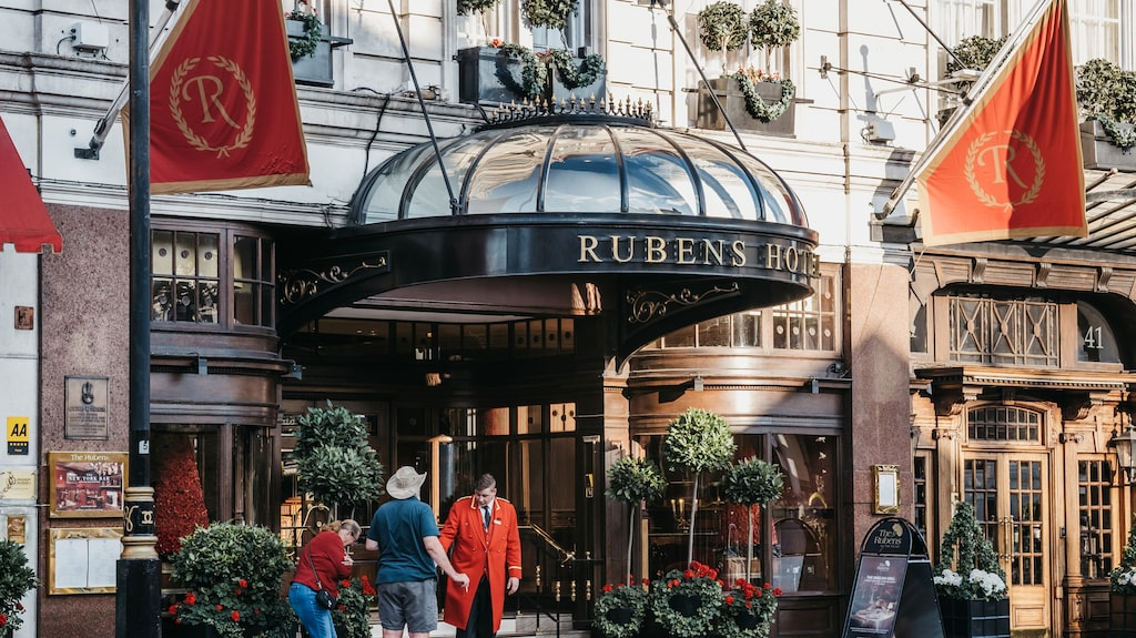 Entrén till femstjärniga hotellet Rubens at the Palace.