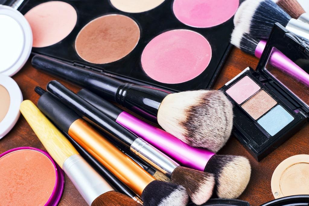 När gick du igenom ditt smink och andra skönhetsprodukter senast? De kan inte sparas hur länge som helst och blir snabbt fulla med bakterier.