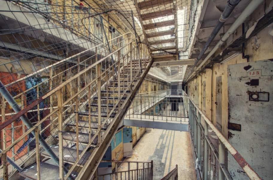 Nu är det gamla fängelset tomt och ödsligt. Men en gång i tiden låste franska staten in landets farligaste brottslingar här.