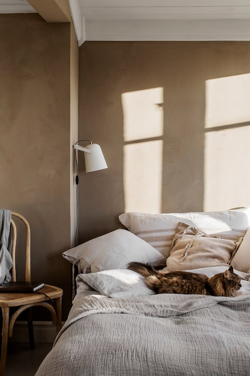 Naturliga färger och mycket linne ger en härlig lantlig känsla till sovrummet.