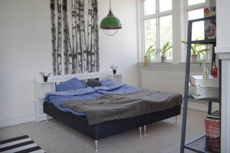 Sänggaveln i sovrummet har Joakim gjort.