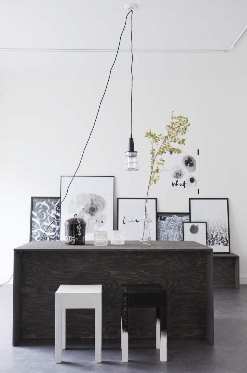I showroomet finns gott om plats för möten mellan människor. De stilrena pallarna kommer från en tidigare kollektion.