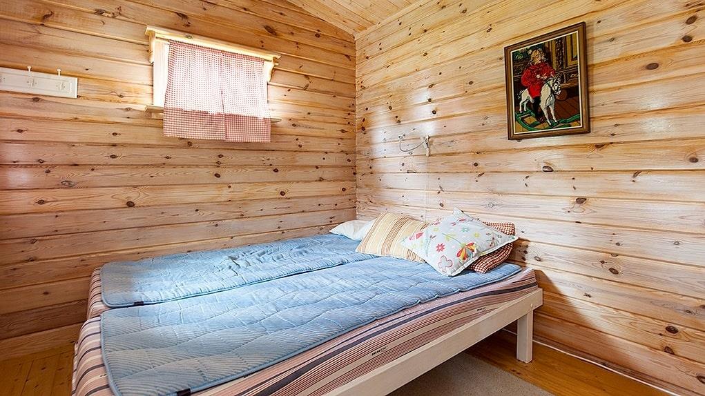 Sovrum i ett av uthusen.