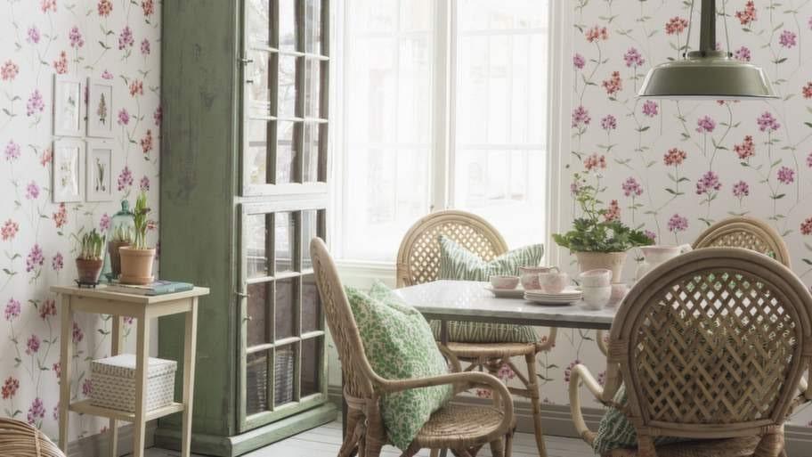 <strong>5 Variera med tapet</strong><br>Generellt brukar man säga att mörka färger gör köket mer ombonat och ljusa färger ger mer rymd. Om du väljer ett vitt kök, våga satsa på lite mer färg eller mönster på väggarna. En tapet eller en målad vägg är betydligt enklare att göra om, jämfört med en köksinredning. Tapet Garden party från Boråstapeter.