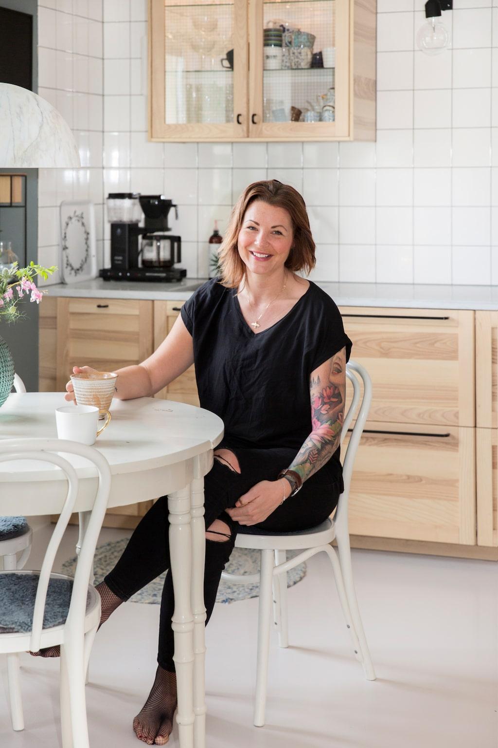 I vitrinskåpet över köksbänken samlar Lindie på vackra glas och muggar. Uddadukning gör det bara hemtrevligare och mer avslappnat för gästerna.